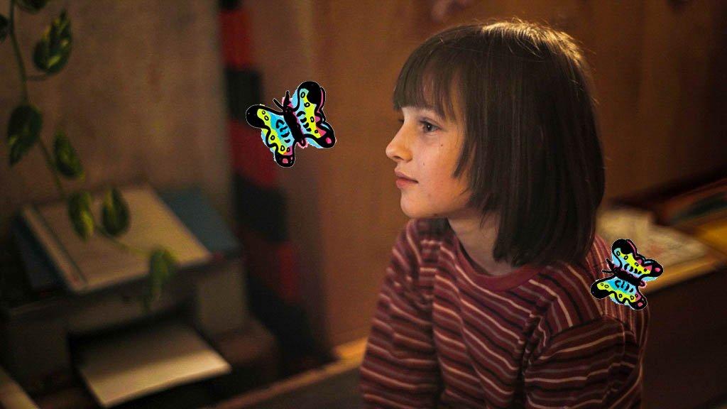 Das Bild zeigt Joline, wie sie von Schmetterlingen umgarnt in die Weite schaut.