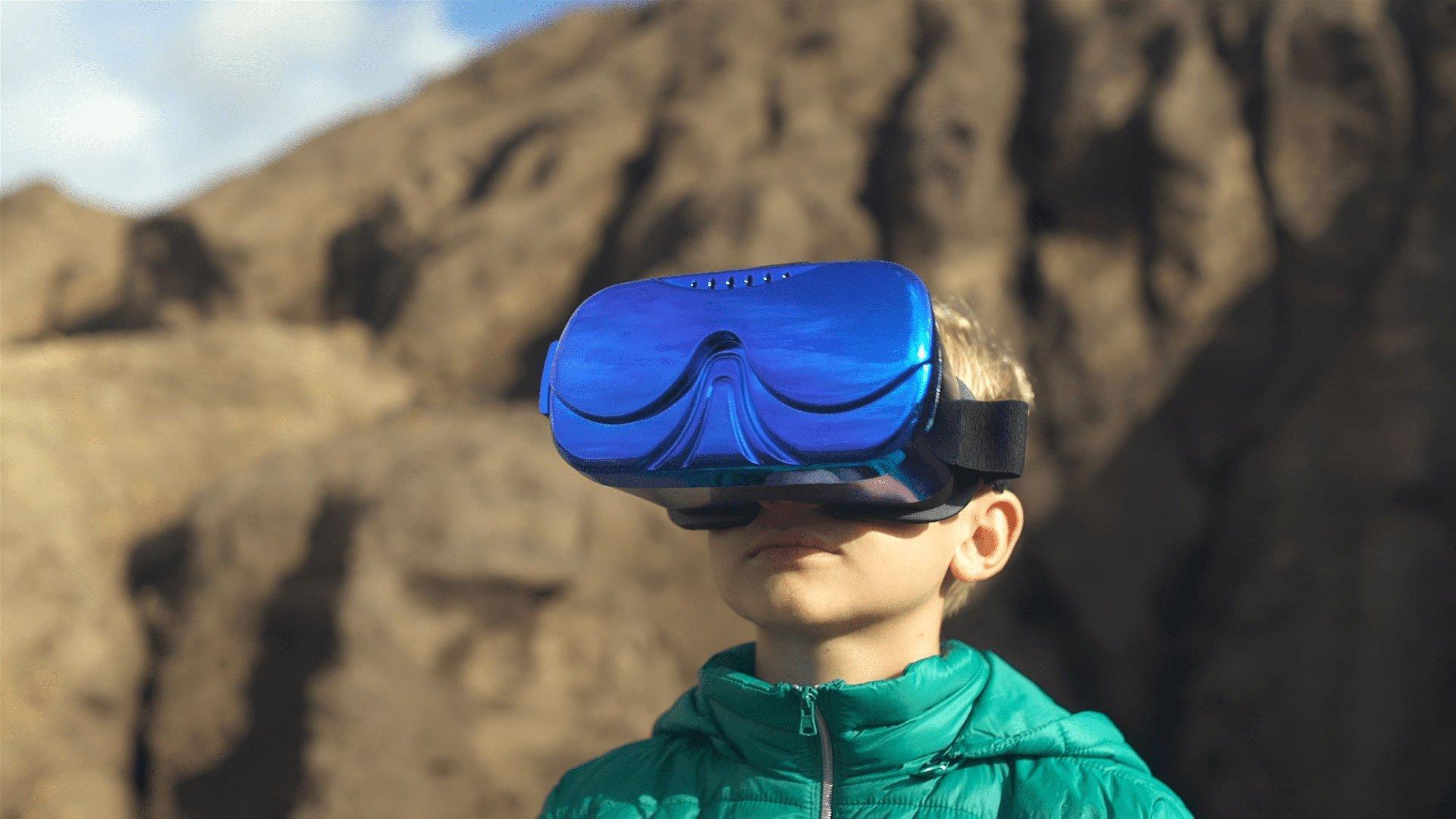 Elias trägt eine blaue Virtual-Reality Brille