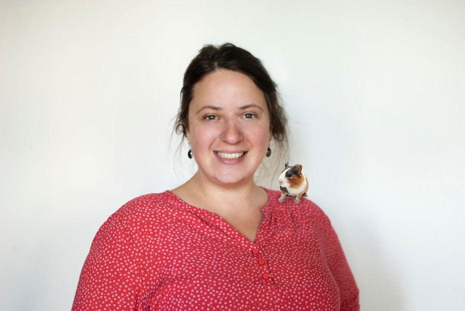 Portrait von Britta Senn mit einem Meerschweinchen auf ihrer linken Schulter