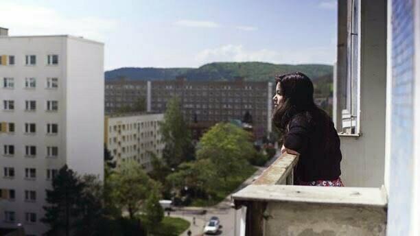 Marion Tuor im Porträt. Sie trägt schulterlange schwarze Haare, ein beige-gestricktes Oberteil und lächelt freundlich in die Kamera.